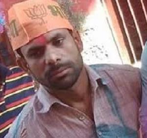 मतदान स्थल का माहौल ख़राब करने की धमकी देने वाले हिस्ट्री शीटर रिंकू शर्मा उर्फ़ रिंकू चोर को पुलिस ने मतदान केंद्र से पकड़ कर पुलिस थाने में बैठा दिया,कौशाम्बी ज़िले में ग्राम खोंपा की घटना