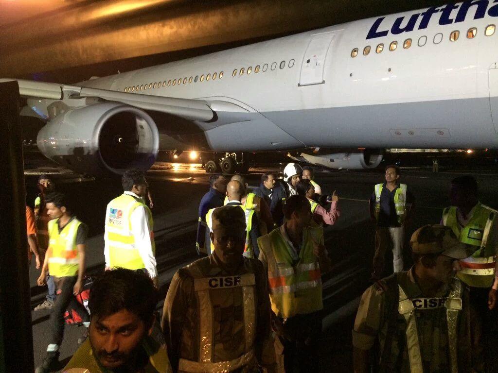 जर्मन एयरलाइन की लुफ्तानसा फ्लाइटLH764की मुंबई एयरपोर्ट पर हुई एमरजेन्सी लैन्डींग,तकनीकी समस्या के चलते मुंबई इनटरनेशनल एयरपोर्ट पर लुफ्तालसा फ्लाइट की वजह से मेन रनवे घंटो रहा जाम