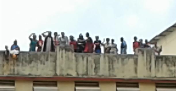 मुंबई की भाईखला जेल में हत्या को लेकर हंगामा बरपा करने की वजह से इंद्राणी मुखर्जी समेत जेल में मौजूद सारे कैदियों के खिलाफ़ नागपाड़ा पुलिस थाने में मामला दर्ज