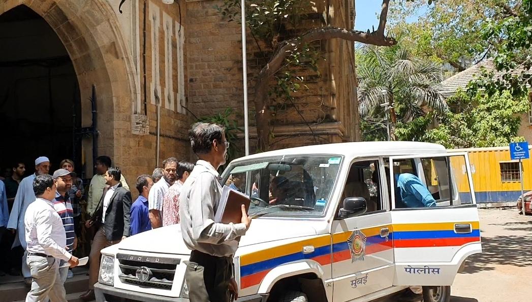 बिरयानी खाते खाते 2 पुलिस वालों की नौकरी खा गया लकड़ावाला बिल्डर